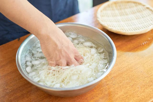 画像: 3 そうめんを氷水で締める