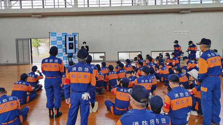 画像: アプリの説明を熱心に聞く松江市消防団