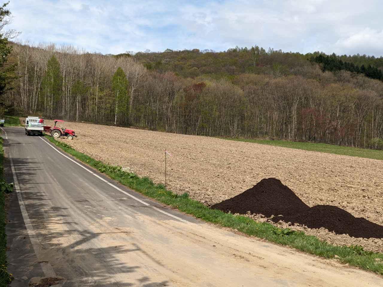 画像: 耕起して、堆肥を入れるタイミング。作業を見ていたのですが、一日で 1ヘクタールの作業が終わった