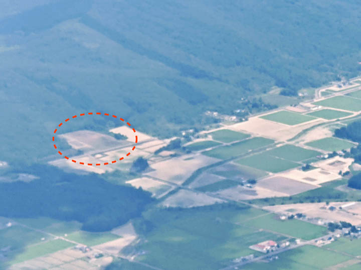 画像: 旭川空港から離陸した機内からなんとか撮影。赤枠内が雪川醸造の畑、左上の方にキトウシ山がある