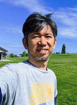 画像: 山平哲也プロフィール: 雪川醸造 合同会社代表 / 北海道東川町地域おこし協力隊。2020年3月末に自分のワイナリーを立ち上げるために東京の下町深川から北海道の大雪山系の麓にある東川町に移住。移住前はITサービス企業でIoTビジネスの事業開発責任者、ネットワーク技術部門責任者を歴任。早稲田大学ビジネススクール修了。IT関連企業の新規事業検討・立案の開発支援も行っている。60カ国を訪問した旅好き。毎日ワインを欠かさず飲むほどのワイン好き。