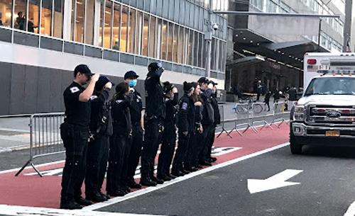 画像: 病院前に整列して拍手を受けるエッセンシャルワーカー