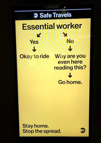 画像: 電車の駅にて。「エッセンシャルワーカーではないなら、なぜここに?帰宅を」という趣旨の看板