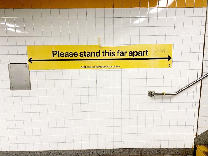 画像: 「ソーシャルディスタンシング」(地下鉄駅)の啓蒙サイン