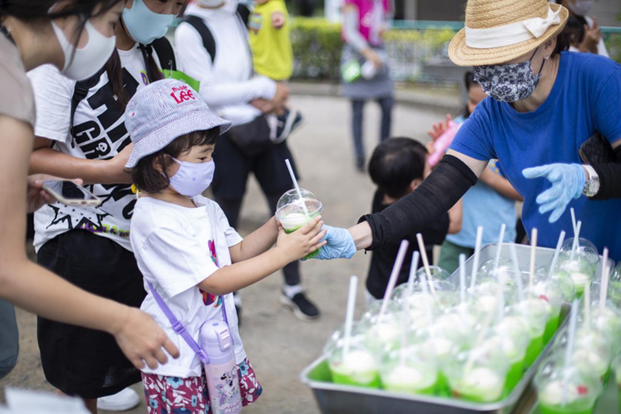 画像: 豊洲こども食堂の代表・森生ゆり子さんが「アイスが溶けちゃう前に取りに来てね」と呼びかける