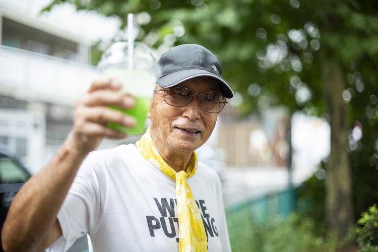 画像: 花が好きで自らもプランターで育てている高橋健一郎さん