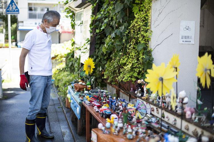 画像: 都営団地の一角にある、子どもたちに人気のスペース。西岡誠さんが、ゴミを捨てにくい場所に、とおもちゃを飾っている