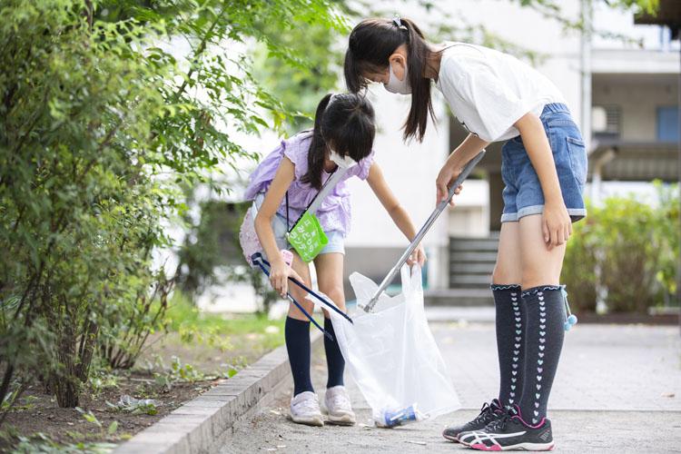画像: コロナ禍、公園内にはタバコの吸い殻の他に使い捨てマスクや飲食ゴミも目立つように。地元の小学校に通う天野薫さんと浦木千賀子さん
