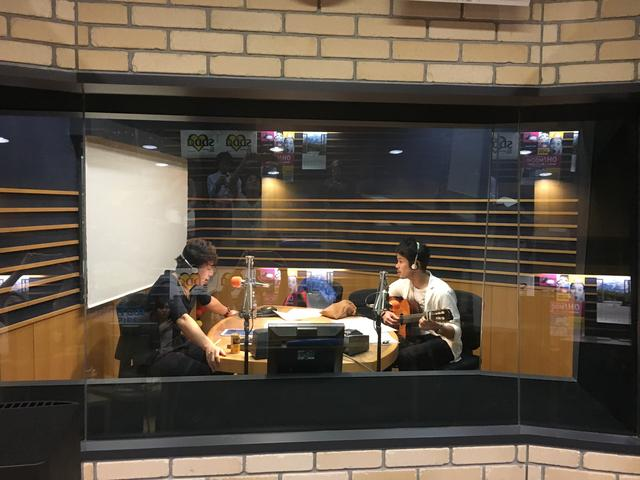 画像: ライブ収録中の様子をパチリ。ギターは芦田良平さんです。