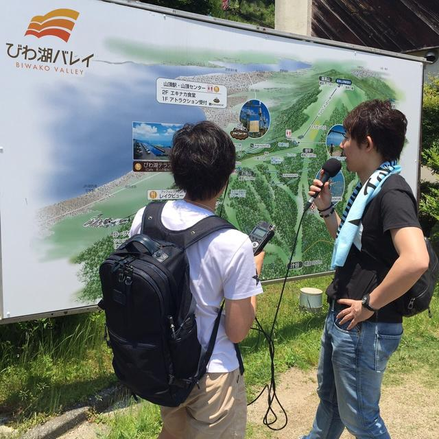 画像: 麓にある地図看板の前で収録。