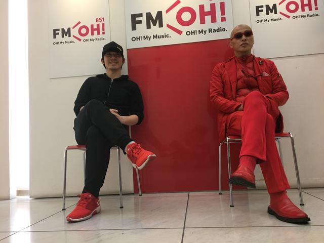 画像: takaさんと、浜崎さん。FM OH !の入り口にて。