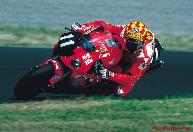 画像: Valentino Rossi on HONDA VTR100SPW in 2001 www.honda.co.jp
