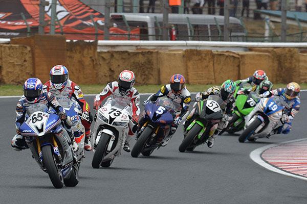 画像: #65 Chalermpol POLAMAI takes lead at the beginning of re-start but falls down 2 laps before finish www.mfj.or.jp