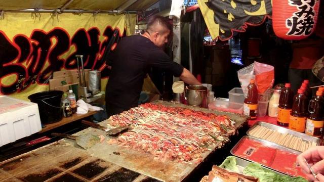 画像: その場でファンが出来るお好み焼き屋さん 2016 職人芸 okonomiyaki Street Food Japan www.youtube.com