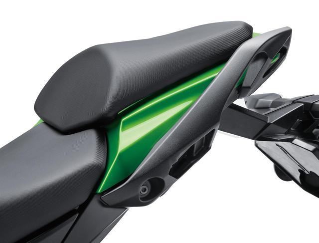 画像: New ergonomic grab bar is easier to hold and is designed to be used with pannier cases as well. www.autoby.jp