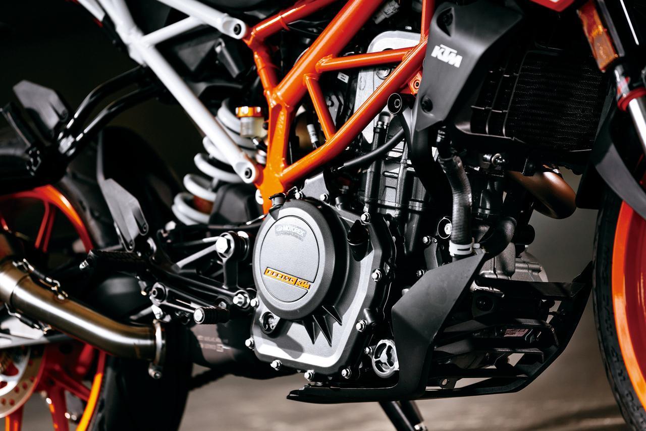 画像: Engine is same as the previous model but max power and torque output at lower rpm make it easier to control. Truss frame is newly designed and seat rail is bolted on. www.autoby.jp