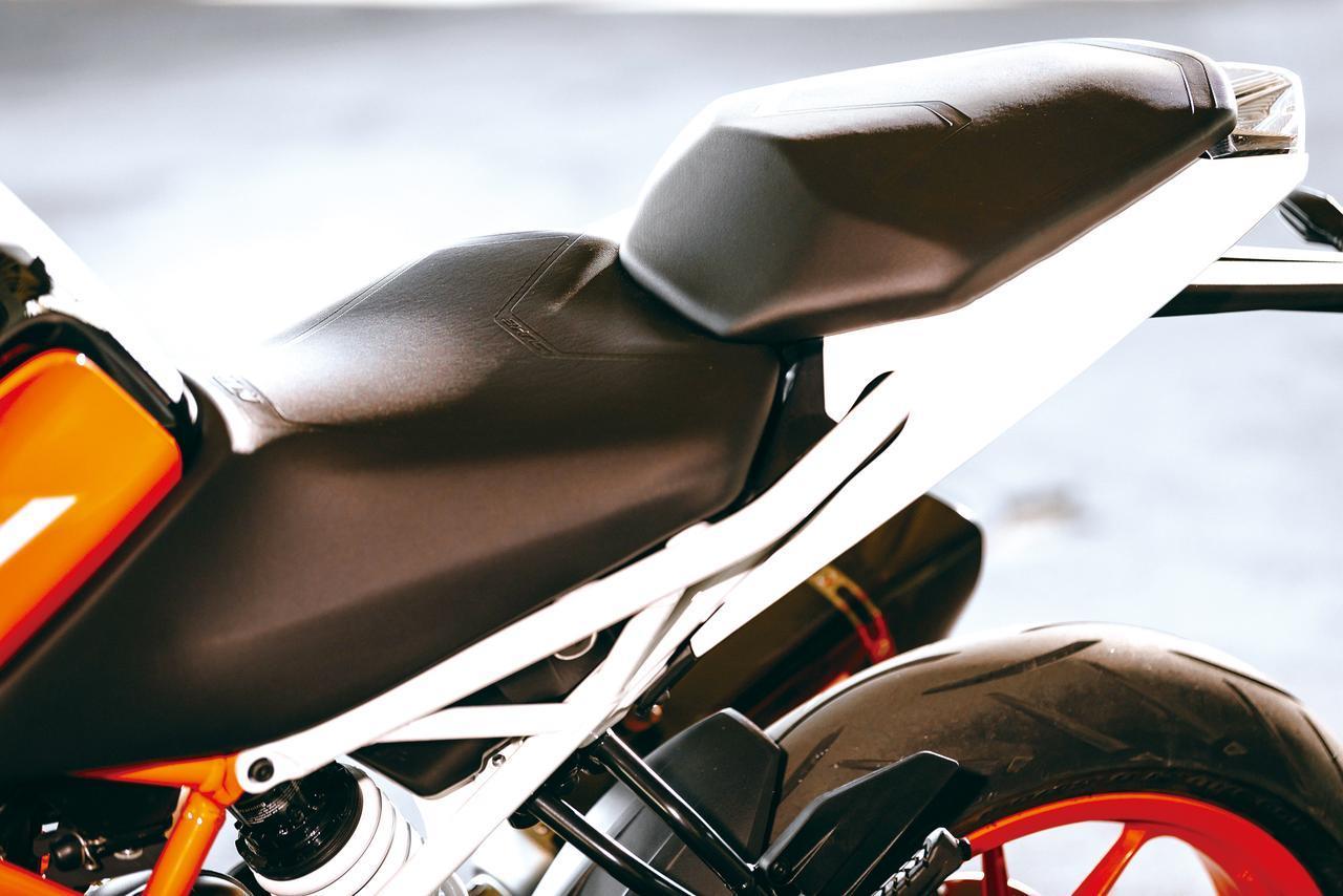画像: Rider's seat is narrowed in front for better foot positioning and knee grip. Passenger's seat is wider and lowered to better body weight movement. http://www.autoby.jp/_ct/17077328