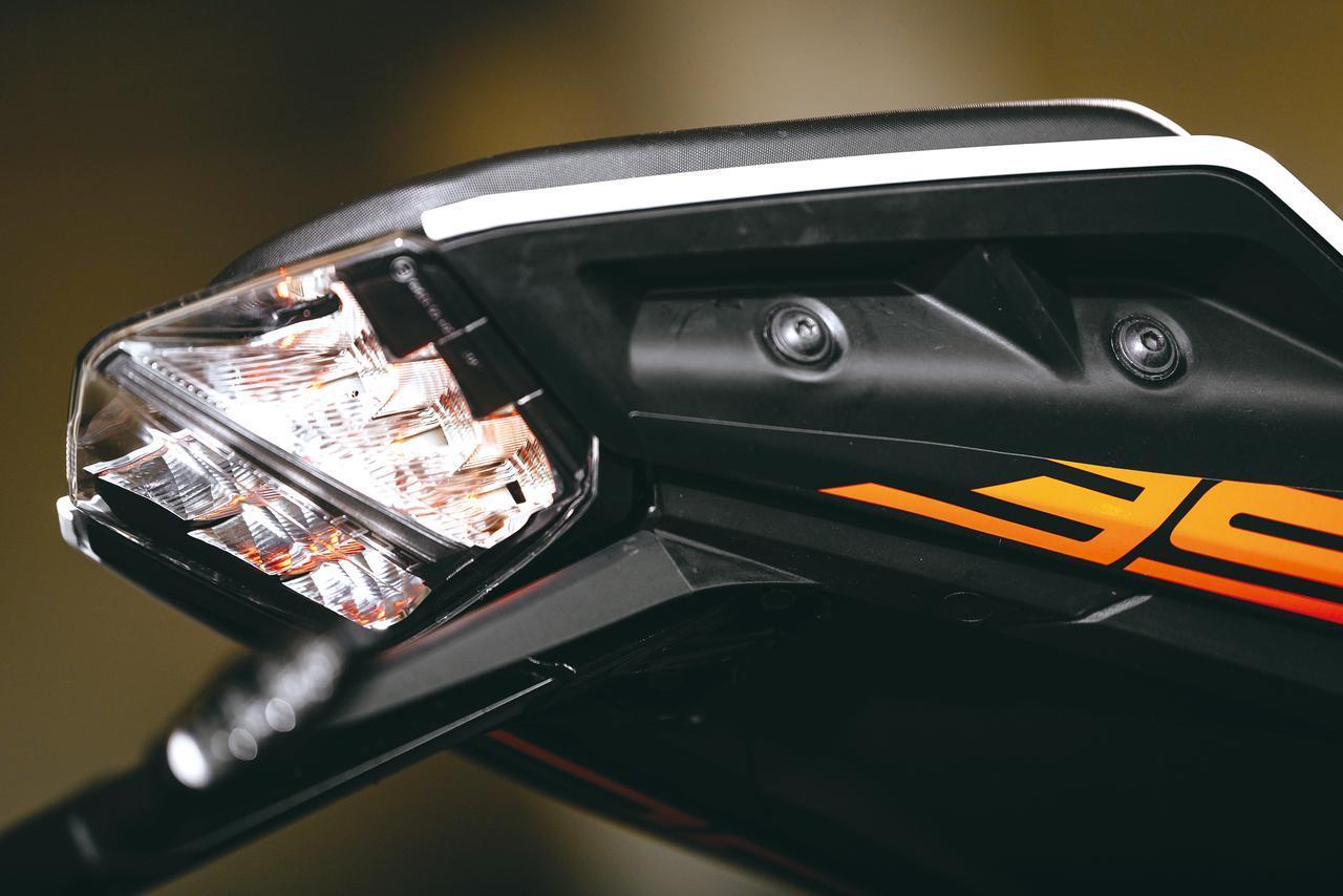 画像: LED Taillight is fitted in tail cowl. Blinker and license plate light are LED as well. Grab bar is replaced with handle on side of passenger seat. http://www.autoby.jp/_ct/17077328