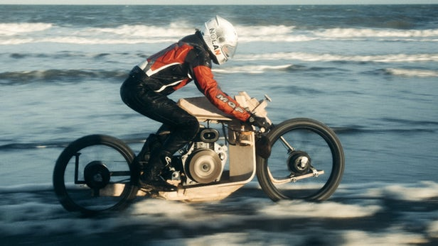 画像: Wood-framed motorcycle runs on algae oil