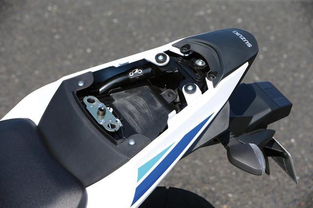 画像: Small but helpful storage under passenger seat. www.autoby.jp