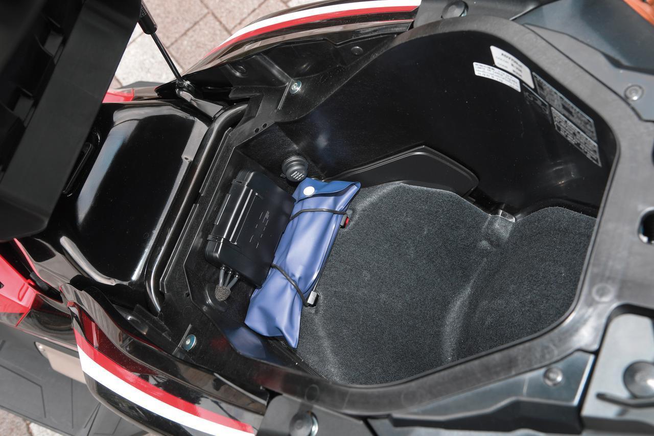 画像: Under seat storage is big enough to store full face helmet. 21L capacity with luggage light and Power socket. www.autoby.jp