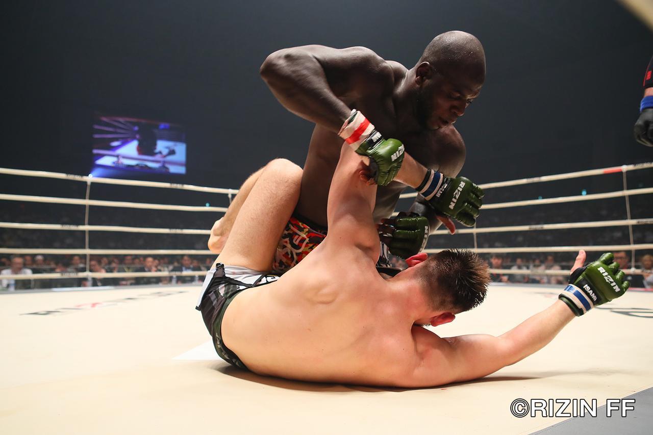 画像6: ヘビー級ならではの激しい殴り合いも 両者決め手と極めに欠き、判定決着!