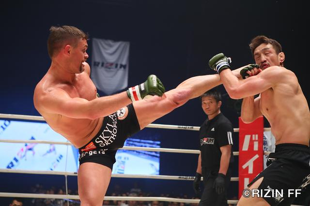 画像5: 松本を襲った戦慄の左ハイキック! クルックシャンクが一撃KO勝ち!!
