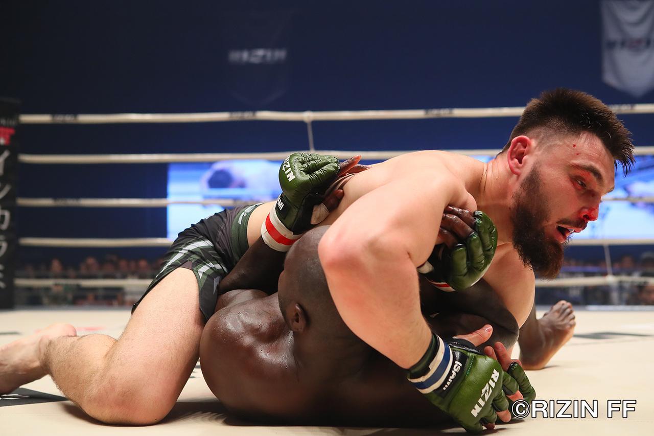 画像5: ヘビー級ならではの激しい殴り合いも 両者決め手と極めに欠き、判定決着!