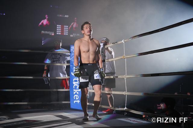 画像2: 松本を襲った戦慄の左ハイキック! クルックシャンクが一撃KO勝ち!!