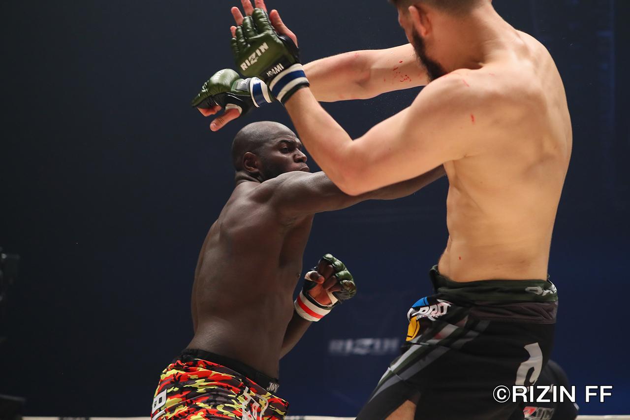 画像3: ヘビー級ならではの激しい殴り合いも 両者決め手と極めに欠き、判定決着!
