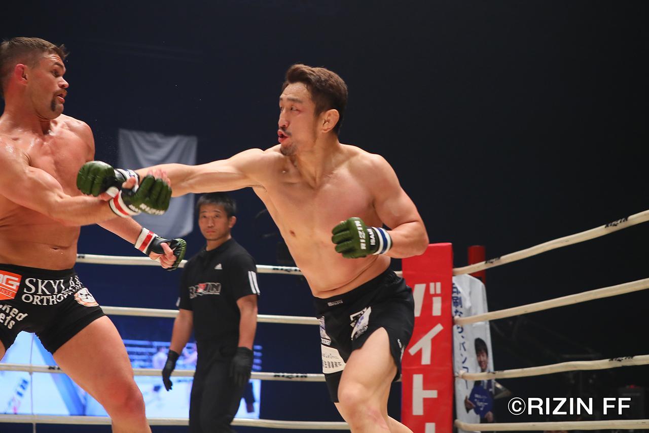 画像4: 松本を襲った戦慄の左ハイキック! クルックシャンクが一撃KO勝ち!!