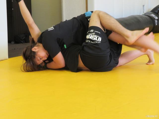 画像: 現ONE世界ストロー級王者・内藤のび太選手とのスパーリング。