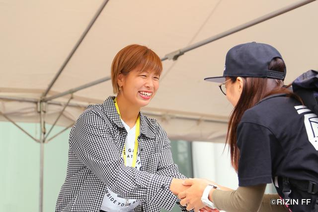 画像: ファンクラブブースで開催された握手会。一人一人に最高の笑顔で対応する浅倉カンナ選手。
