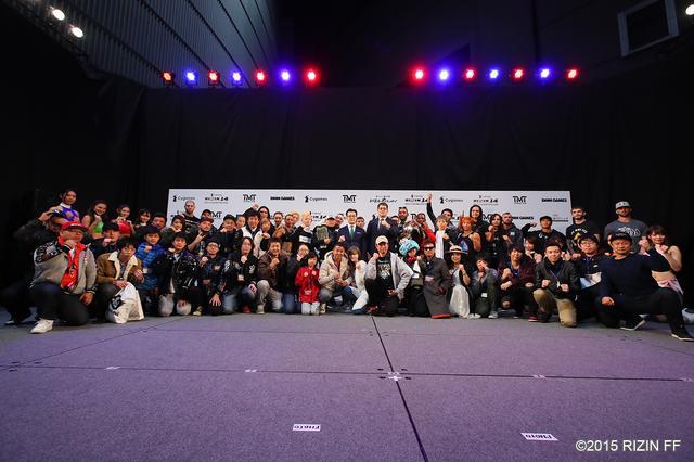 画像: 公開計量イベントに参加した超強者会員は出場選手達とステージ上で記念撮影。