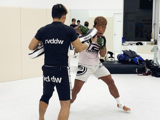画像: 右のジャブからのコンビネーションを何度も確認する武田選手。