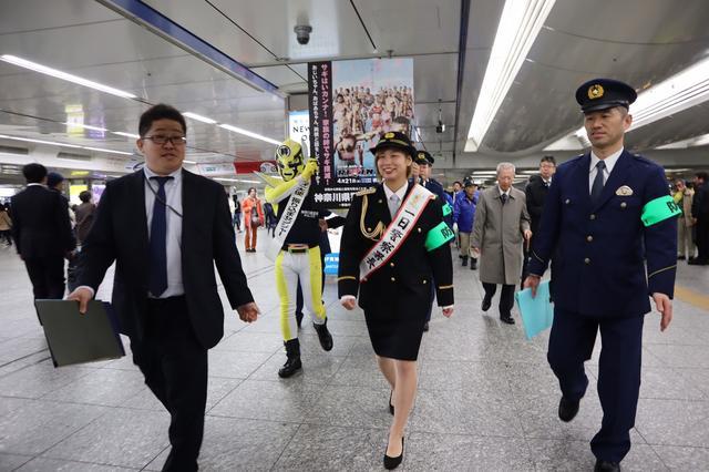 画像: 横浜駅構内を防犯パトロール。犯罪は見逃さない!と目を光らせます。