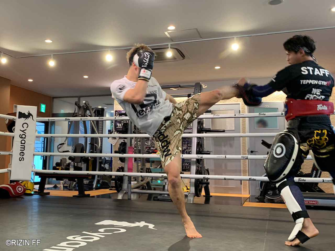 画像: 左ミドルの連打、後ろ回し蹴り、前蹴りと変幻自在の足技を見せる