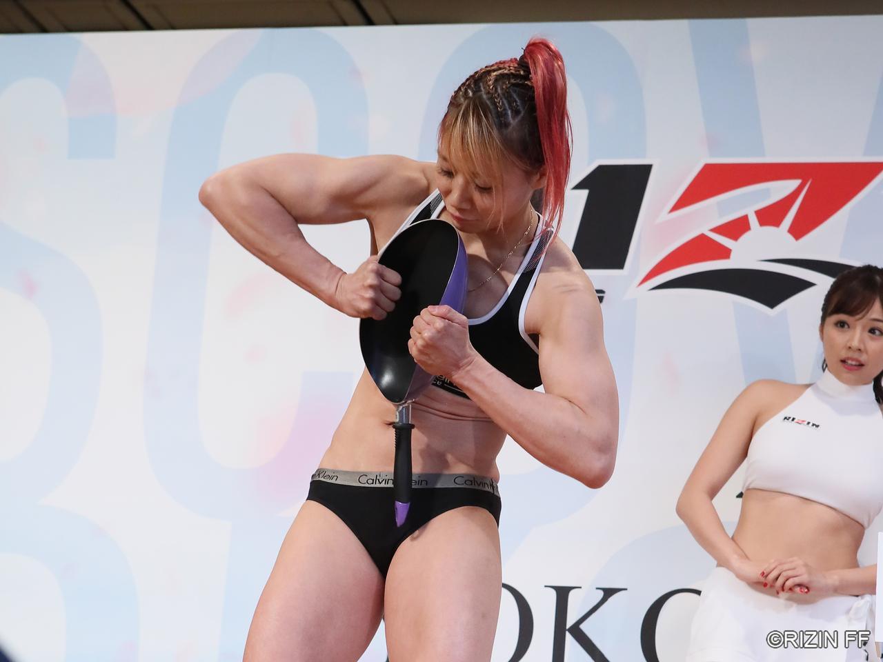 画像: 渡辺選手はフライパン曲げを披露し、会場を沸かせた。