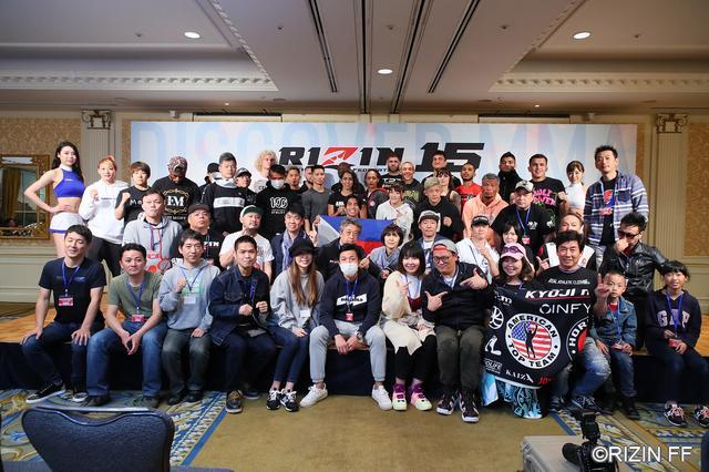 画像: 計量後の写真撮影にはオフィシャルファンクラブの超強者会員も参加。写真は後日プレゼントされた。