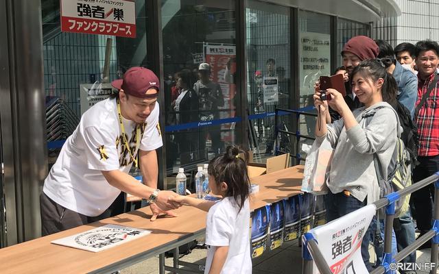 画像: 爽やかな笑顔で対応する矢地選手に、参加者からはたくさんの笑顔が溢れた。