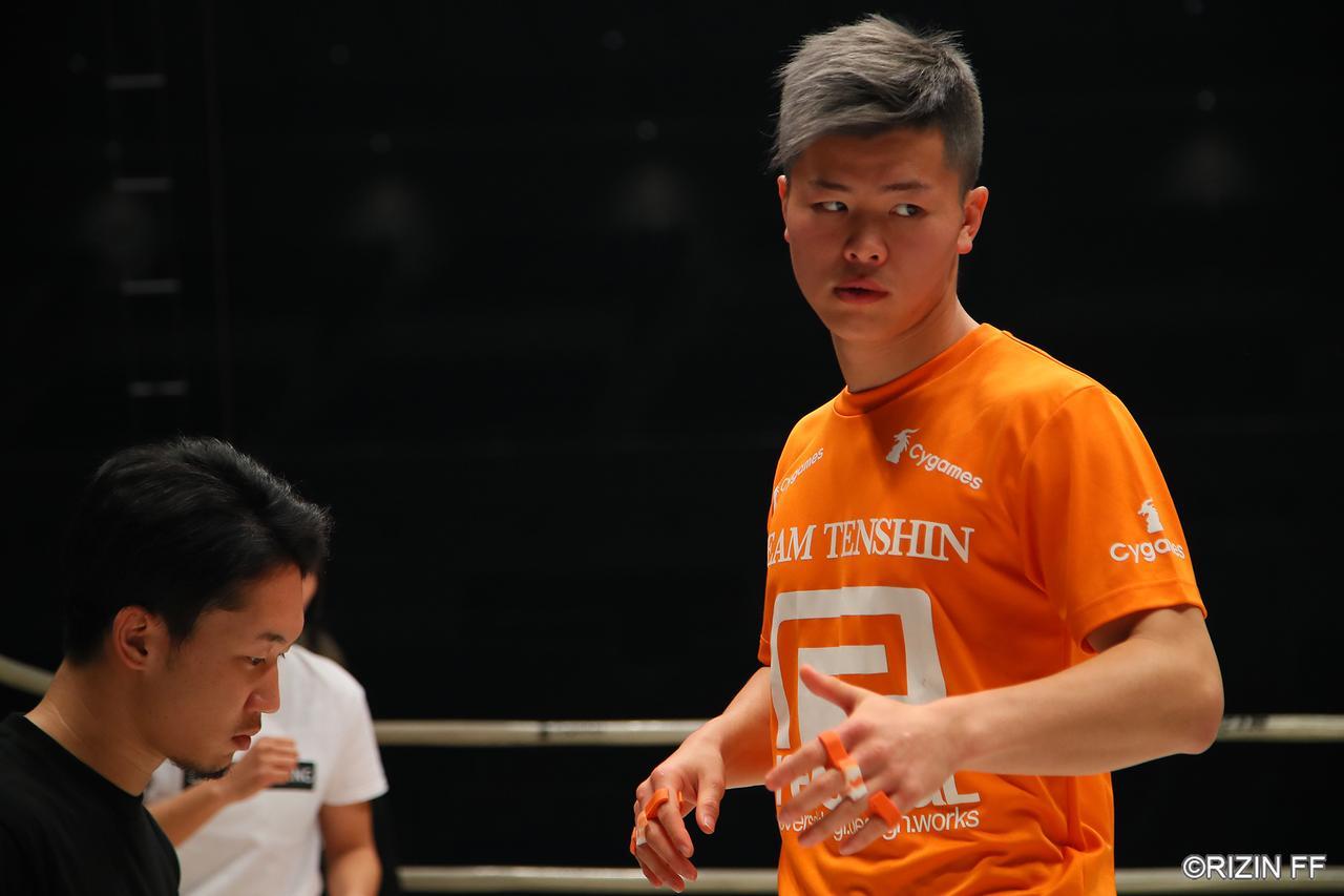 画像: 試合前に行われる選手のリングチェックの様子を見学。リラックスしている選手、既に戦闘モードの選手など様々な表情を見る事ができた。