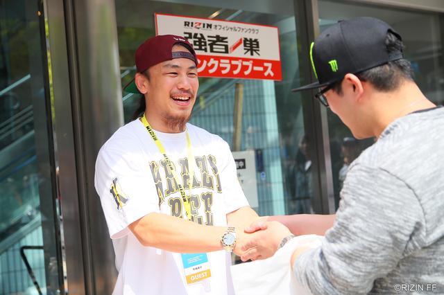 画像: ファンクラブブースには矢地祐介選手が登場。