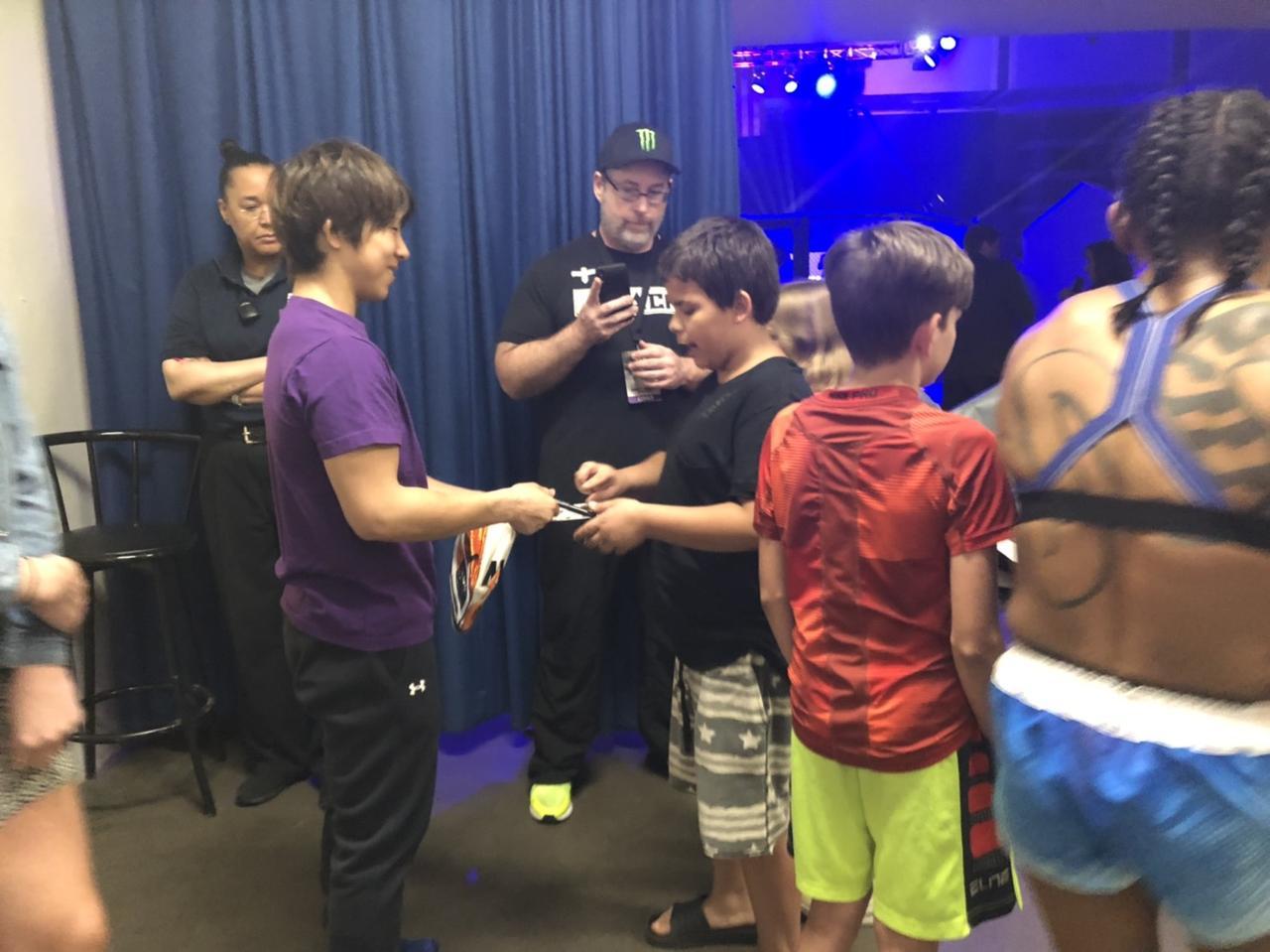 画像: 試合後、ファンサービスに応じる村田選手