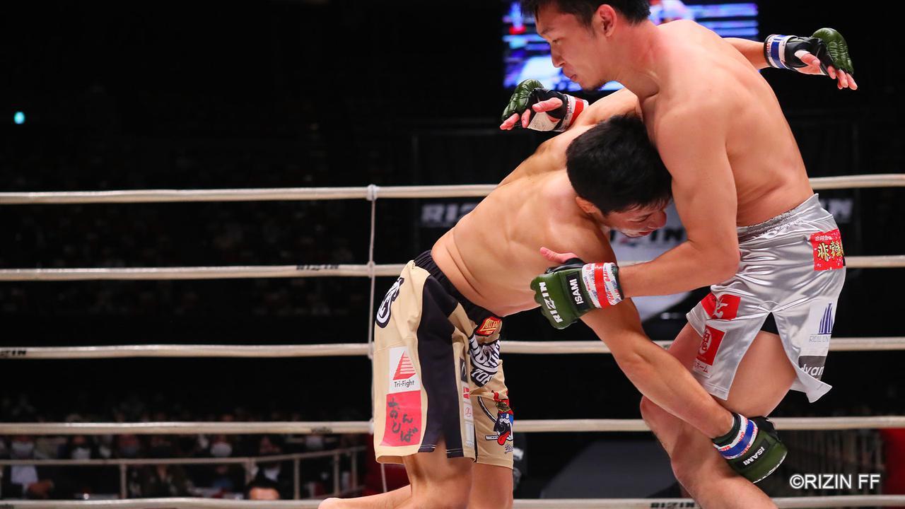画像1: 朝倉の蹴りを封じた斎藤のタックル
