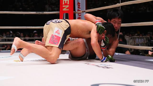 画像2: 朝倉の蹴りを封じた斎藤のタックル