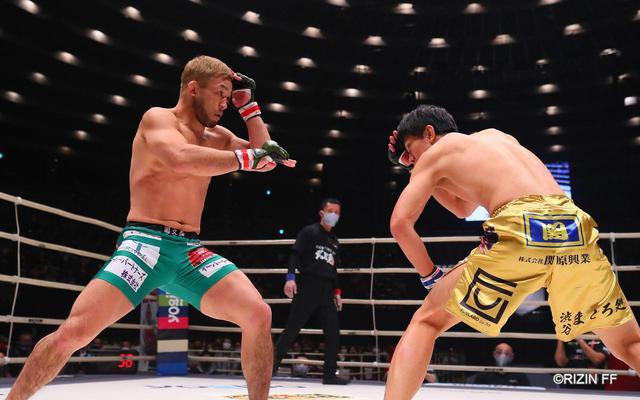画像2: タックルを警戒する瀧澤vs.タックルに行かない扇久保