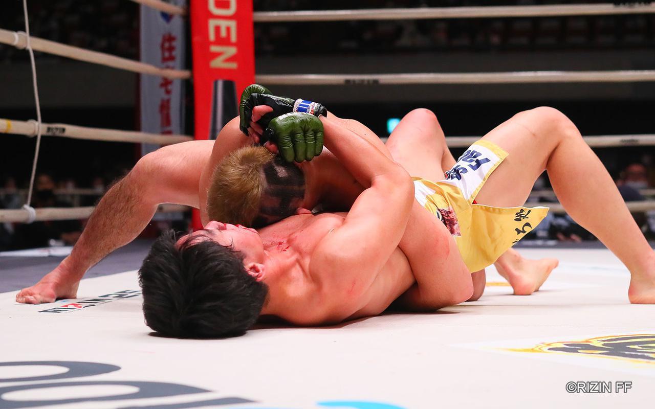 画像1: 下から攻める瀧澤、コントロールする扇久保