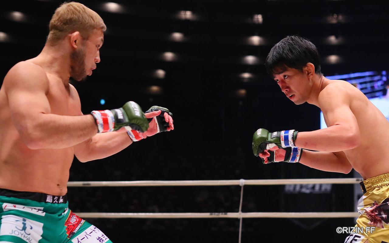 画像4: タックルを警戒する瀧澤vs.タックルに行かない扇久保