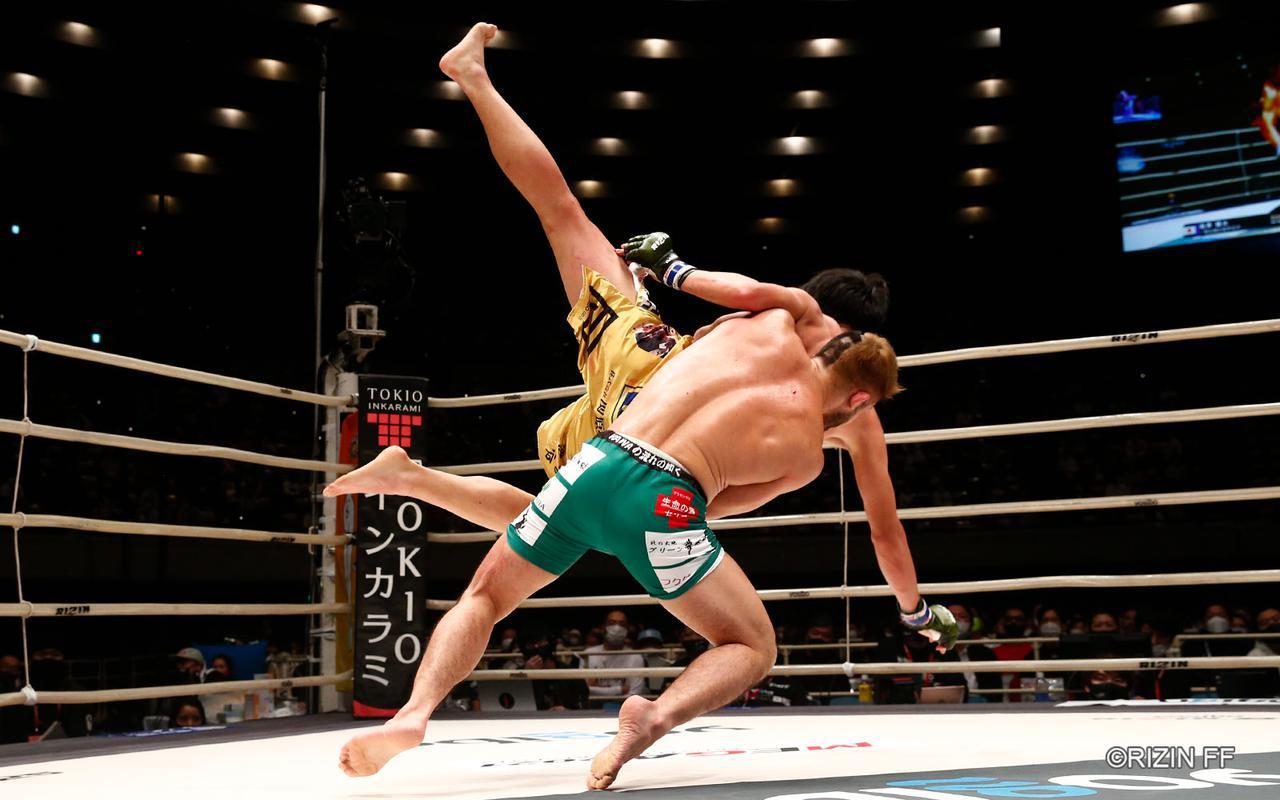 画像3: 下から攻める瀧澤、コントロールする扇久保