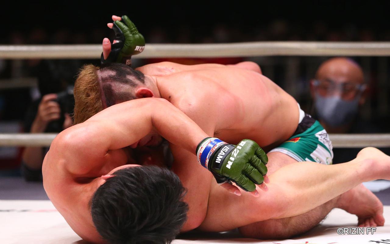 画像2: 下から攻める瀧澤、コントロールする扇久保
